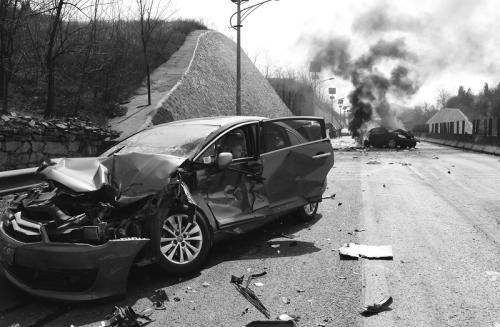 男子闯高速被撞死 司机担责4成
