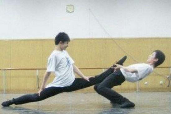 沈腾和杨洋就同是军艺毕业的师兄弟,两人还被称为军艺的两代校草