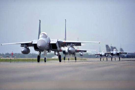 驻日美军战斗机与加油机在日本上空相撞